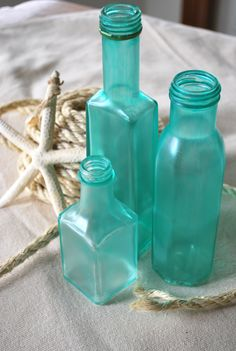 "DIY: Sea Glass Bottles merrybrides: "" I Love the frosted colors in Beach Glass. You will need : * Mod Podge (or watered down white glue parts glue to 1 part water) * Food coloring ( I used the neon. Bottles And Jars, Glass Bottles, Mason Jars, Painted Bottles, Decorated Bottles, Cleaning Paint Brushes, Pot A Crayon, Boho Home, Idee Diy"