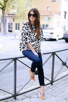 black & white printed boxy tee, over blue jeans and caramel pumps