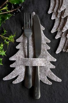 Satz von 5 Grey Felt Christmas Tree Servietten- / Besteckhalter - The world's most private search engine Christmas Tree Napkins, Noel Christmas, All Things Christmas, Winter Christmas, Christmas Ornaments, Simple Christmas, Felt Christmas Trees, Christmas Dining Table, Diy Felt Christmas Tree