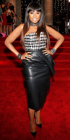 Jennifer Hudson dans une jupe crayon en cuir et un haut à motif pied-de-poule au MTV VMAs.