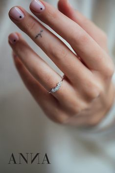 Montana brings an unusual design to the finger. Precious diamonds and baguette diamonds form a unit that steal your heart. A daily companion who joins you on your way with a sparkle.