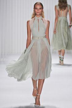 Mendel Spring 2013 Ready-to-Wear Collection Photos - Vogue Runway Fashion, Spring Fashion, High Fashion, Fashion Show, Womens Fashion, Fashion Design, Travel Fashion, Fashion Trends, Dress Skirt