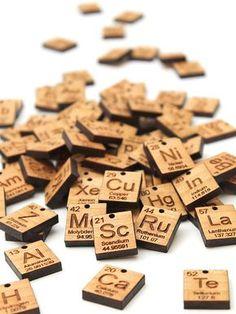 Élément plus charmes (A - P). Symbole chimique - fournitures bijoux bois. Durable Geekery Science - tableau périodique des éléments. Jeu de 4