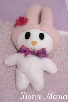 Boneca em feltro, com laço e florzinha em feltro. Linda, perfeita para acompanhar os pequenos nos sonhos! R$28,90