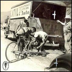 """Tour de France 1934. Lo sfortunatissimo René Vietto (1914-1988) alle prese con l'ennesimo inconveniente meccanico. Qui sta ricevendo una ruota dal """"neutral support"""""""