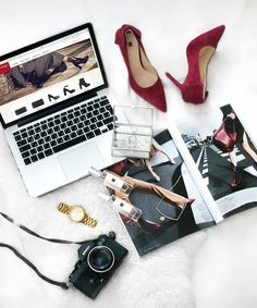 How To Start Your Personal Styling Business For Free Flat Lay Photography, Lifestyle Photography, Laptop Photography, Beauty Photography, Fashion Portfolio Layout, Makeup Books, Flatlay Styling, Advertising Photography, How To Pose