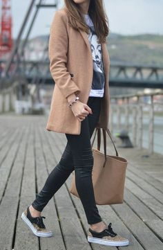 Outfit office 65 Comfy Fall Outfits and Leather Outfit Ideas Casual Office Outfit Long Blazer Plus Printed Tee Plus Bag Plus Skinnies Plus Sneakers Comfy Fall Outfits, Blazer Outfits Casual, Business Casual Outfits, Chic Outfits, Business Casual Sneakers, Sneakers Outfit Casual, 30 Outfits, Office Outfits For Ladies, Fall Office Outfits