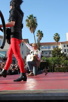 SO UPSET that no one told me taylor was performing on ellen in burbank....