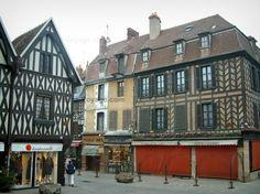 Auxerre : Place de l'Hotel de Ville con i suoi negozi e le vecchie case con pareti di legno