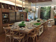 Resultado de imagem para cozinha grande moderna com ilha e sofá