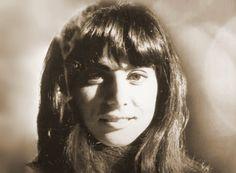 Καίτη Χωματά (1946 – 2010): Ελληνίδα τραγουδίστρια, που ταυτίστηκε με το «Νέο Κύμα» του ελληνικού τραγουδιού στα μέσα της δεκαετίας του '60. Biography, Greece, Nostalgia, Corner, Memories, Actors, Long Hair Styles, Pictures, Beauty