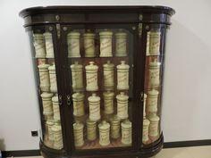 Museo Farmacia Militar - Armario con albarelos blancos, procedentes de la…