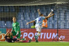Iago Aspas of RC Celta de Vigo scores a goal against FC Barcelona during the La Liga match between Real Club Celta de Vigo and Futbol Club Barcelona at the Balaidos stadium on October 02, 2016 in Vigo, Spain.