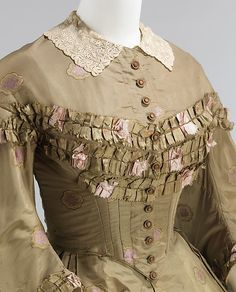 1862 American, Champagne gold (or maybe light tan) silk/cotton/wool Afternoon Dress Bodice with self fabric ruffle-type trim & lace collar. Edwardian Fashion, Vintage Fashion, Fashion Goth, Corsage, Civil War Dress, 19th Century Fashion, Costume Collection, Historical Clothing, 1800 Clothing