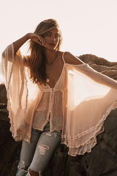 We've put together 40 gypsy style fashion outfits to help you get dressed. You may create a fashionable outfit by wearing items with boho vibes and bohemian elements in it. As we gather Inspiration from the best bohemian clothing from around the world. Boho Hippie, Bohemian Mode, Boho Gypsy, Bohemian Clothing, Hippie Vibes, Boho Girl, Chic Clothing, Vintage Bohemian, Boho Outfits