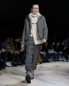 A look from the Louis Vuitton Fall-Winter 2018 Fashion Show by Kim Jones. See all the looks now at louisvuitton.com. Fashion Show, Mens Fashion, Fashion Trends, Winter 2018 Fashion, Mens Essentials, Mens Fall, Winter Trends, Fall Winter, Normcore