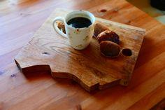 Deska dębowa dla miłośników gór i dobrego smaku. Na zdjęciu kawa z żołędzi i placuszki z samopszy. Polecamy! #woodenmountain #mountainboard #servingboard #mountain #board #deskadębowa #deska #deskadoserwowania #kawazżołędzi #coffee #cafepolanka #cafe #samopsza #żołędzie #oak