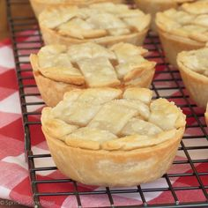 Mini Apple Pies - Sprinkle Some Sugar pies pies recipes dekorieren rezepte Classic Apple Pie Recipe, Best Apple Pie, Mini Apple Pies, Homemade Apple Pies, Apple Pie Recipes, Mini Pies, Baking Recipes, Baking Ideas, Fall Recipes