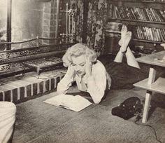 Marilyn Monroe reads (again and again).