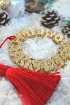 #2019 #gift #merrychristmas #red #luxurygift Μια ιδιαίτερη σειρά χειροποίητων διακοσμητικών, ειδικά σχεδιασμένων με γιορτινά μοτίβα. Κατάλληλα και για επαγγελματικά δώρα.  ΧΑΡΑΚΤΗΡΙΣΤΙΚΑ: Στεφάνι Merry Christmas διαμέτρου 10εκ από χρυσό plexiglass καθρέφτη και στις 2 όψεις & κόκκινη φούντα. Tassel Necklace, Merry Christmas, Jewelry, Merry Little Christmas, Jewlery, Jewerly, Schmuck, Wish You Merry Christmas, Jewels