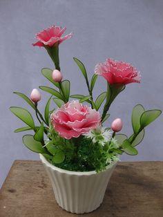 Cẩm Chướng, loài hoa của sự thôi miên và quyến rũ, có nguồn gốc từ Châu Âu. Bông được nhắc đến nhiều trong thần thoại Hy Lạp và La Mã vào khoảng năm 50 trước Công nguyên. Sâu hơn, Cẩm Chướng Tím biểu trưng cho sự thất thường nhưng vui vẻ, hoạt bát và nhanh nhạy. Bông Cẩm Chướng thường được tặng với nhiều ý nghĩa như lời nói ngọt ngào, chau chuốt của ngôn từ. Tất cả đều nói lên những đặc tính dễ nhận biết của cung Song Tử.  --- Giá: 145,000đ - Mã số: VC-57 Nylon Flowers, Diy Flowers, Fabric Flowers, Paper Flowers, Ribbon Projects, Nylon Stockings, Crepe Paper, Flower Tutorial, Flower Crafts