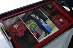 Bandeja de Casamento (média) - Arte Francesa <br> <br>Produto em mdf, PERSONALIZADAS, envelhecida, com flores secas, convites de casamento, fotos e recoberta com vidro. <br> <br>A bandeja será decorada com a cor definida pelo cliente. O convite ou qualquer outro artigo desejado, deve ser enviado por e-mail, será então impresso em papel especial e fixado no tampo da bandeja ou envia-lo pelo correio usando o modelo original do convite.