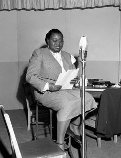 Hattie McDaniel (June 1895 - October The beautiful, legendary and highly influential Academy Award-winning Actress, Singer-songwriter and Comedian, on the set of the CBS Radio Program, THE BEULAH SHOW Golden Age Of Hollywood, Classic Hollywood, Old Hollywood, Hollywood Actresses, Hattie Mcdaniel, Real Movies, Classic Actresses, Gone With The Wind, Looking Back