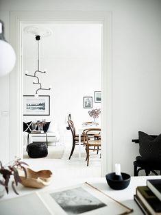 Stylish black and white home - via Coco Lapine Design Scandinavian Interior, Home Interior, Scandinavian Apartment, Interior Design Inspiration, Home Decor Inspiration, Decor Ideas, Living Room Designs, Living Spaces, Decoration Entree