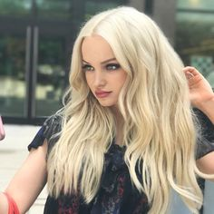 Find images and videos about blonde and dove cameron on We Heart It - the app to get lost in what you love. Dove Cameron Style, Belle Silhouette, Pretty People, Girl Hairstyles, Hollywood, Celebs, Actresses, Queen, Long Hair Styles