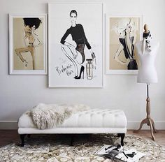 Australian fashion illustrator Megan Hess has worked for Dior, Chanel and Tiffany & Co. She even made a design for the bottom of a luxurious swimming pool. As is to be expected, her home and studio are the epitome of feminine style. She makes the most of her illustrations with wide white or black frames.