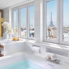 Утренний и свежий ☀❄🍉 #интерьер #ванная #комната #идея #светлый #окна #панорама #Париж #белый #цветы #декор #дизайн #дизайнер #стиль #современный #уютный #чистый #вдохновение #kashtanovacom #interior #decor #design #style #window #light #paris #idea