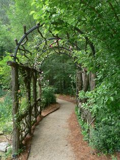 Rustic tunnel in an Atlanta garden.    // Great Gardens & Ideas //