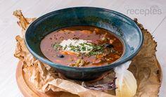 Sīpolus, tomātu mērci, kaperus, marinētus gurķus, olīvas un cukuru nedaudz apcep olīveļļā. Pievieno zivju buljonu, krabju buljonu, un lauru lapu un ļauj vārīties 20 minūtes.