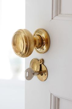 Fabulous new-trad interior design by Sarah Richardson. Love the unlacquered brass door knobs – Photography by Stacey Brandford Knobs And Knockers, Knobs And Handles, Brass Door Handles, Home Design, Design Design, Sarah Richardson, Modern Door, Bathroom Doors, Brass Bathroom