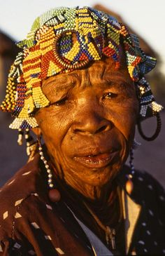 Old woman. Bushmen Kalahari desert, the Bushmen or San are a nomadic people who live in the Kalahari Desert of southern Africa We Are The World, People Around The World, Old Faces, Hunter Gatherer, Tribal People, Portraits, Ageless Beauty, Namaste, Interesting Faces