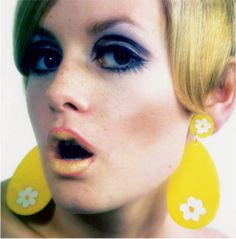 Twiggy 1960's fashion color wheel makeup perfect pink / golden nude lips & eye popping violet / blue lined & shaded eyes