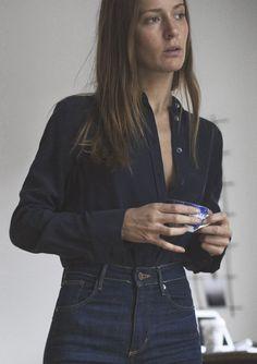 chemisier noir et jean bleu foncé