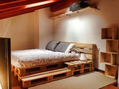 This list of 20 DIY Pallet Bed Frame Ideas involves building custom DIY bed frame designs with disassembled wooden pallets. Diy Pallet Bed, Pallet Bed Frames, Pallett Bed, Wooden Bed Frame Diy, Pallet Couch, Wooden Boxes, Diy Casa, Wooden Pallets, Pallet Wood