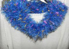 Sciarpa scaldacollo ad anello fatto a mano con piuma e foglioline in stoffa , by Nuvola rossa, 8,50 € su misshobby.com