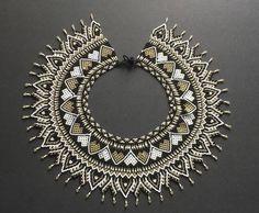 #AsociaciónJaipono #ConelCorazón #Artesanía #Handicrafts #HechoaMano #Colombia #SomosColombia #AmorporloNuestro #Artesaniasdecolombia… Beaded Collar, Beaded Lace, Collar Necklace, Beaded Embroidery, Beaded Jewelry, Beaded Necklace, Necklaces, Jewellery, Beading Tutorials