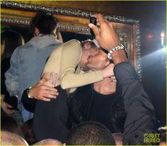 Miley Cyrus e Kellan Lutz se encontraram ontem (27) enquanto participavam da grande abertura do novo Beacher's Madhouse no MGM Grand Hotel & Casino em Las Vegas. Eles não passaram muito tempo da noite juntos, mas trocaram um beijo na bochecha.  O Gossip-Cop, no entanto, negou no dia 24 o envolvimento dos dois, dizendo que eles são amigos que se conhecem há bastante tempo.