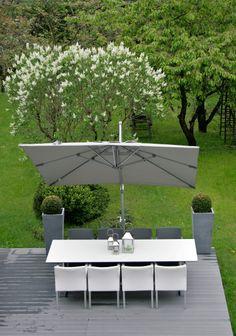 Parasol Noah Max & Luuk; Stół Luca Manutti białe krzesła skóra model Zendo Manutti;