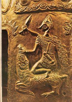 Coiful de la Coţofeneşti: scena sacrificiului ritual şi oferirea ofrandelor, reprezentată pe obrăzarele coifului. Coiful de la Coţofeneşti prezintă, pe fiecare obrăzar, înjunghierea unui berbec