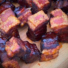 I love pork belly burnt ends and crust roast - here comes .- Pork Belly Burnt Ends und Krustenbraten liebe ich – hier kommt beides zusammen! I love pork belly burnt ends and crust roast – it combines both! Smoker Recipes, Rib Recipes, Chicken Recipes, Game Recipes, Pulled Pork Recipes, Barbecue Recipes, Pork Belly Burnt Ends, Smoked Mac And Cheese, Law Carb