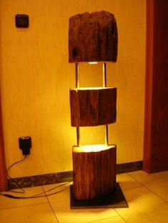 Holz Stehlampe aus einem antiken Eichebalken ;  mit LED Beleuchtung