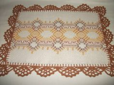 Toalhinha em Ètamine com fio dourado. Bordada em ponto vagonite e acabamento em crochê com linha cléa. Ideal para bandejas pequenas ou para cobrir copos. Poderá ser feita em outras cores.