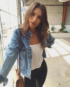 Emily Ratajkowski brings back the denim jacket. Emily Ratajkowski Style, Look Fashion, Autumn Fashion, Fashion Outfits, Moda Feminina Plus Size, Casual Outfits, Cute Outfits, Moda Outfits, Girl Outfits