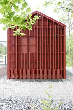 Lidingöbanan behöver teknik. Tekniken behöver hus. Små hus. Nu står de där längs hela sträckningen, i rött och mörkgrått. Kanske den sorten...