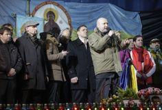 26日、ウクライナ・キエフの独立広場で、新体制の閣僚候補と共にステージに立ち、演説する大統領代行のトゥルチノフ氏(ロイター=共同)  ▼28Feb2014共同通信|【ウクライナ】 ヤヌコビッチ氏事実上亡命  ロシアが保護、欧米と対立 http://www.47news.jp/47topics/e/250833.php #Oleksandr_Turchynov #ukraine #ucrania