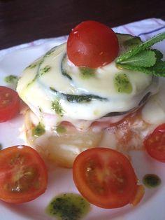 Milhojas de verduritas  con queso y bañados en salsa de albahaca  http://recetasysonrisas.blogspot.com.es/2013/04/milhojas-de-hortalizas-varias-con-queso.html